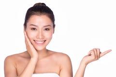 Mujer asiática de la belleza del cuidado del skincare del cuerpo que muestra la mano Imágenes de archivo libres de regalías