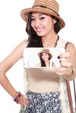 Mujer asiática feliz que toma un selfie usando su smartphone Foto de archivo libre de regalías