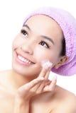 Mujer asiática hermosa que se lava la cara de la belleza Fotos de archivo libres de regalías