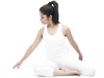 Mujer asiática que hace yoga Foto de archivo libre de regalías