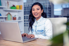 Mujer asiática que usa la computadora portátil Imagen de archivo