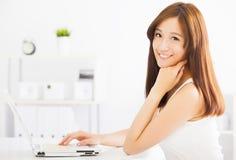 Mujer asiática sonriente con la computadora portátil Imagen de archivo