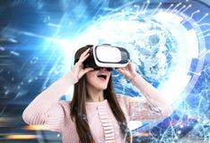 Mujer asombrosa en vidrios de VR en ciudad, HUD Earth imágenes de archivo libres de regalías