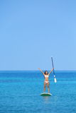 Mujer Aspirational de la forma de vida de la playa en paddleboard Imágenes de archivo libres de regalías