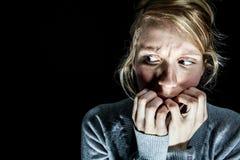 Mujer asustada algo en la oscuridad Fotografía de archivo