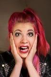 Mujer asustada con el pelo rosado Fotografía de archivo