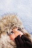 Mujer asustada con el sombrero de piel caliente Foto de archivo