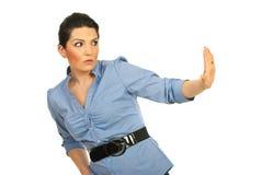 Mujer asustada con la mano de la parada a una cara Foto de archivo