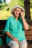 Mujer asustada con un teléfono Imágenes de archivo libres de regalías