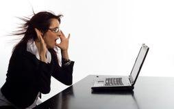 Mujer asustada de la pantalla de la computadora portátil imágenes de archivo libres de regalías