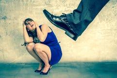Mujer asustada de la pequeña empresa bajo presión del jefe - estilo retro Fotografía de archivo
