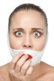 Mujer asustada después de la cirugía plástica Foto de archivo