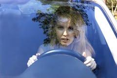 Mujer asustada en coche Fotos de archivo libres de regalías
