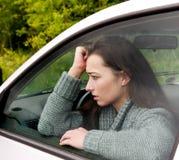 Mujer asustada en el coche fotografía de archivo