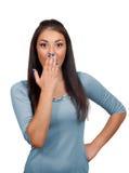 Mujer asustada que cubre su boca a mano Foto de archivo