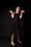 Mujer asustadiza del zombi fotografía de archivo