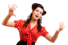Mujer aterrorizada retra del retrato en el griterío rojo aislado. Miedo. Foto de archivo