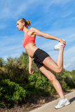 Mujer atlética atractiva joven que estira aptitud imagen de archivo libre de regalías
