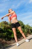 Mujer atlética atractiva joven que estira aptitud foto de archivo libre de regalías