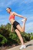 Mujer atlética atractiva joven que estira aptitud fotografía de archivo libre de regalías