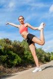 Mujer atlética atractiva joven que estira aptitud imagenes de archivo
