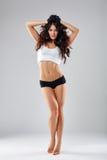 Mujer atlética atractiva que presenta descalzo en estudio Foto de archivo