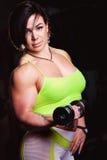 Mujer atlética con los dumbells Imagen de archivo