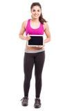 Mujer atlética con una tableta Fotos de archivo