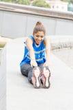 Mujer atlética de la felicidad que ejercita y que entrena en el parque foto de archivo
