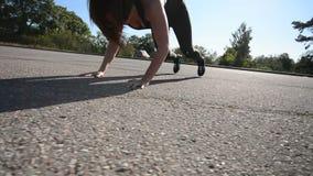 Mujer atlética del slimfit hermoso que hace las estocadas que ejercitan en el parque almacen de video