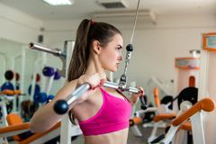 Mujer atlética hermosa en el gimnasio Foto de archivo