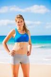 Mujer atlética hermosa en la playa foto de archivo libre de regalías