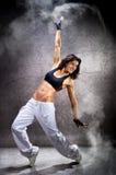 Mujer atlética hermosa joven que baila el hip-hop de la danza moderna Fotos de archivo