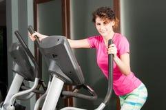 Mujer atlética hermosa que hace ejercicios cardiios en de pasos Imagen de archivo