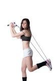 Mujer atlética joven que guarda una secuencia con el vendaje elástico Fotografía de archivo