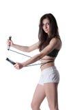Mujer atlética joven que guarda una secuencia con el vendaje elástico Foto de archivo