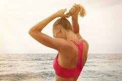 Mujer atlética joven que hace la cola Fotos de archivo