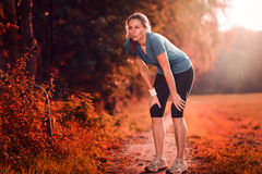 Mujer atlética joven que toma una rotura del entrenamiento Foto de archivo libre de regalías