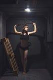 Mujer atlética y hermosa en elevador del vintage Fotos de archivo