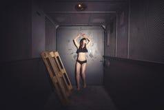 Mujer atlética y hermosa en elevador del vintage Imagen de archivo