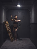 Mujer atlética y hermosa en elevador del vintage Fotografía de archivo libre de regalías