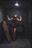Mujer atlética y hermosa en elevador del vintage Imagen de archivo libre de regalías