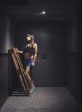 Mujer atlética y hermosa en elevador del vintage Foto de archivo