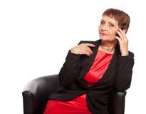 Mujer atractiva 50 años con un teléfono móvil Imagenes de archivo