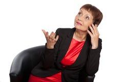 Mujer atractiva 50 años con un teléfono móvil Imagen de archivo