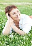 Mujer atractiva 50 años con un teléfono móvil Imágenes de archivo libres de regalías