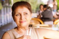 Mujer atractiva 50 años con un teléfono móvil Fotografía de archivo