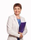 Mujer atractiva 50 años con una carpeta para los documentos Fotos de archivo