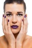 Mujer atractiva agraciada con los labios púrpuras imagen de archivo