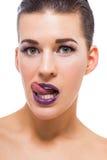 Mujer atractiva agraciada con los labios púrpuras Foto de archivo libre de regalías